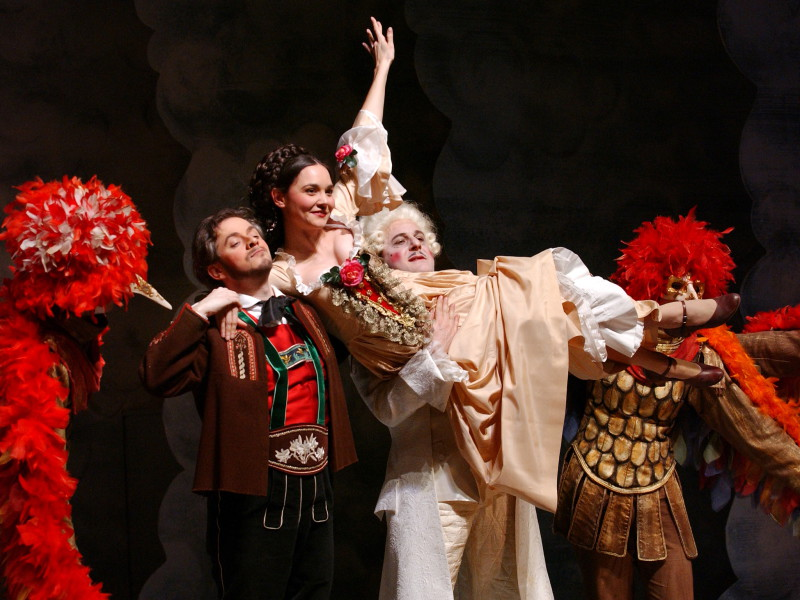 Aufnahmen aus der Operette Der Vogelhändler von Carl Zeller. Hier auf dem Bild: Vogelhändler Adam (Patrick Biagioli), links, die Briefchristel (Brigitte Jost), Bildmitte, und Graf Stanislaus (Michael Gniffke), rechts, umringt werden die drei von zwei Vögel. Aufgenommen am 8. Januar 2007 im Theater in Arth.